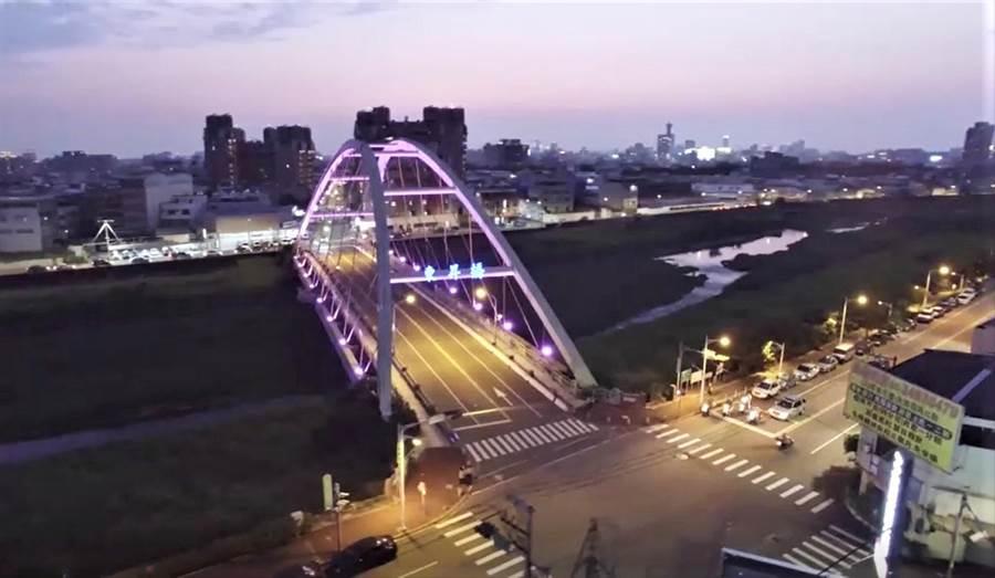 台中市座落於東區東門里及東信里交界處的東昇橋,跨越旱溪兩側,扮演東區打卡新亮點。(陳世宗翻攝)