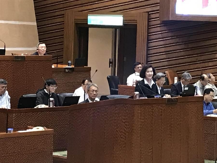 宜蘭縣長林姿妙首度在議會接受施政總質詢,特別安排祕書長林茂盛坐在後方協助,遭到朝野議員批評。(胡健森攝)
