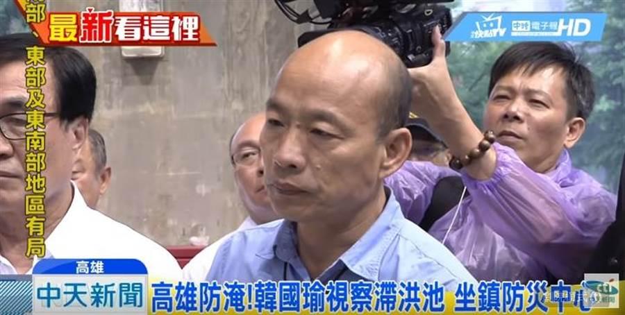 高雄市長韓國瑜赴各地視察,面色凝重,嚴陣以待。(圖/本報系影音截圖)