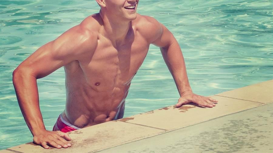 研究指出,水中游泳20分鐘,同等於陸上同速度運動1小時。(圖/pixabay)