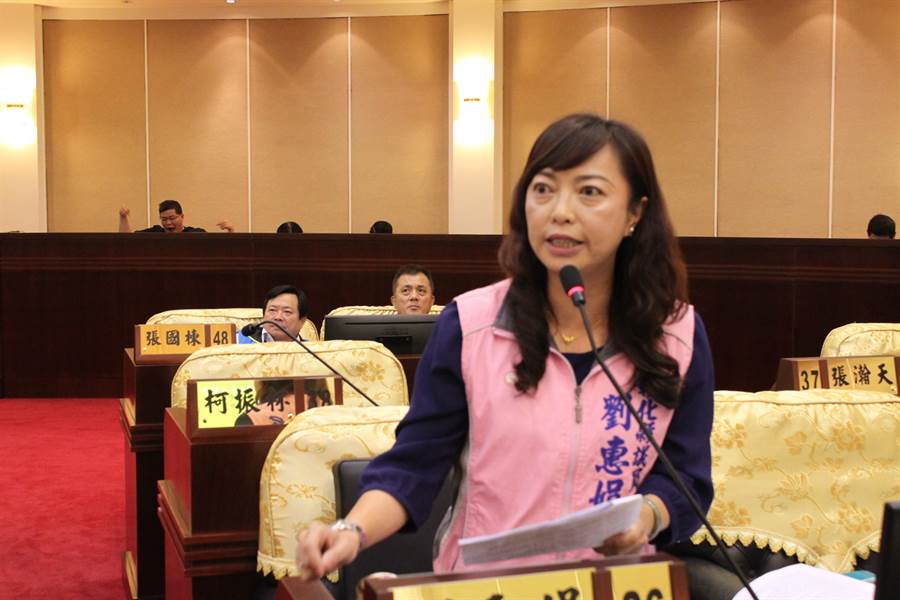 美女議員劉惠娟卻在質詢狼師事件後,被爆炸式電話、簡訊騷擾,再次提出質詢。(吳敏菁攝)