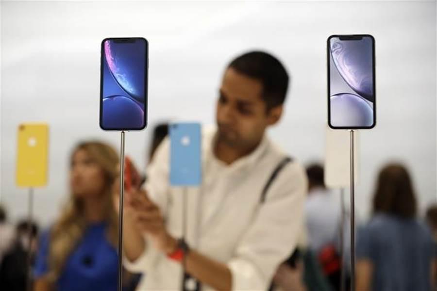 中國大陸若對iPhone祭出禁售令,蘋果獲利將狂掉3成。(美聯社)