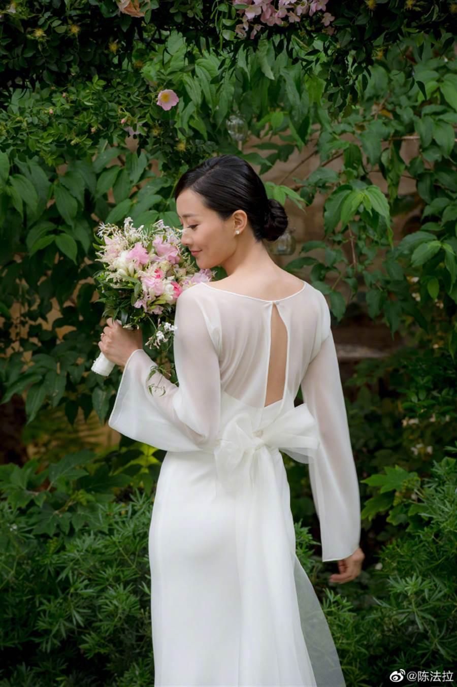 陳法拉身穿一套白色簡約婚紗,相當優雅。(圖/取材自陳法拉微博)