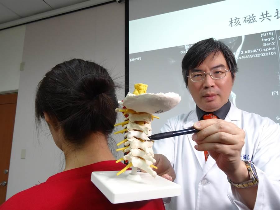 台中榮總功能性神經外科主任鄒錫凱說,頸椎內視鏡手術優點是傷口相當小,且可保留患者自己的椎間盤。(馮惠宜攝)