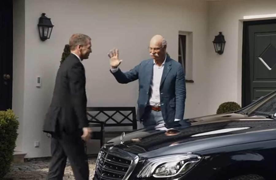 蔡澈(右)22日退休,向送他回家的賓士汽車司機揮手道別。(截自BMW影片)