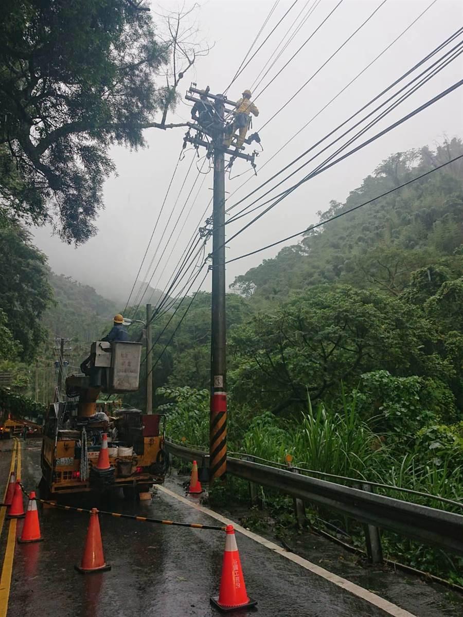 台電派員冒雨搶修,預計23日中午過後方可搶修完成,恢復供電。(台電提供)