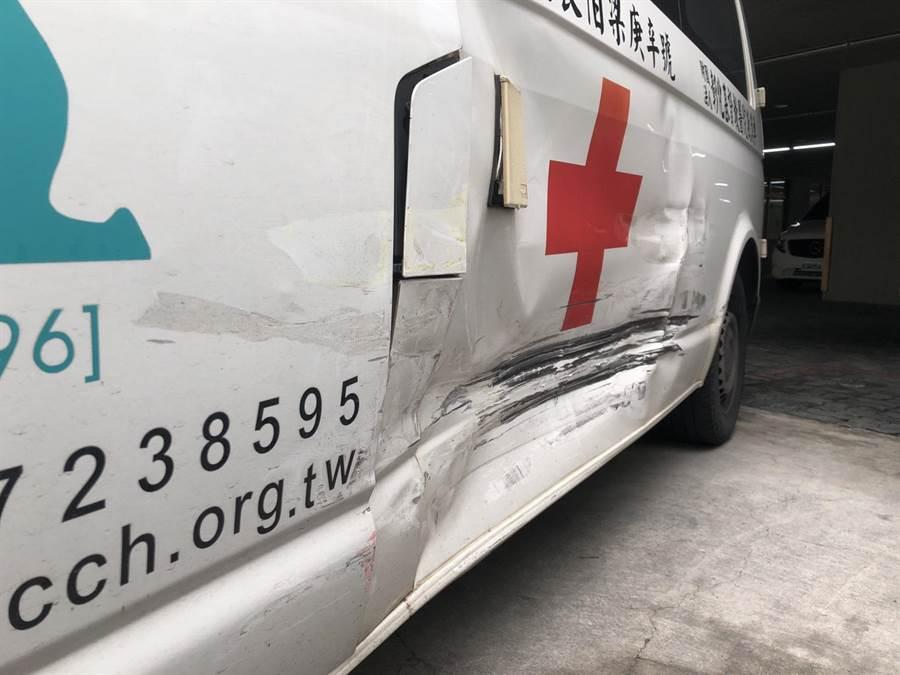 救護車上病患腦出血合併震盪,救護途中又和小黃發生撞擊車禍。(吳敏菁翻攝)