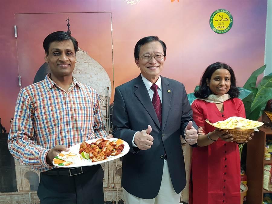 印度籍工程師Sam(左)與太太返回母校交大開設印度餐廳,交大校長張懋中(中)特別來捧場。(徐養齡攝)