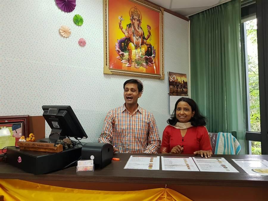 Sam(左)與太太返回母校交大開設印度餐廳。(徐養齡攝)