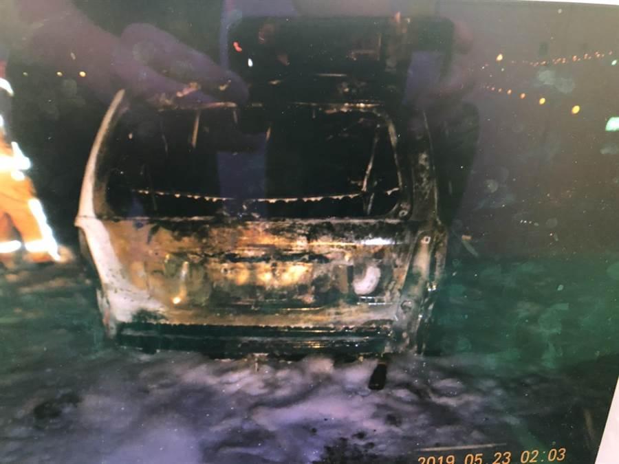 台61線彰化伸港段23日凌晨發生酒駕追撞油罐車,霎時然成一片火海。(吳敏菁翻攝)