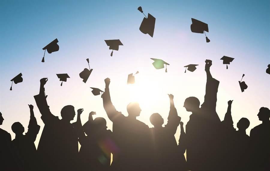 畢業典禮當天,許多人會用不同方式來紀念。(圖/達志影像)