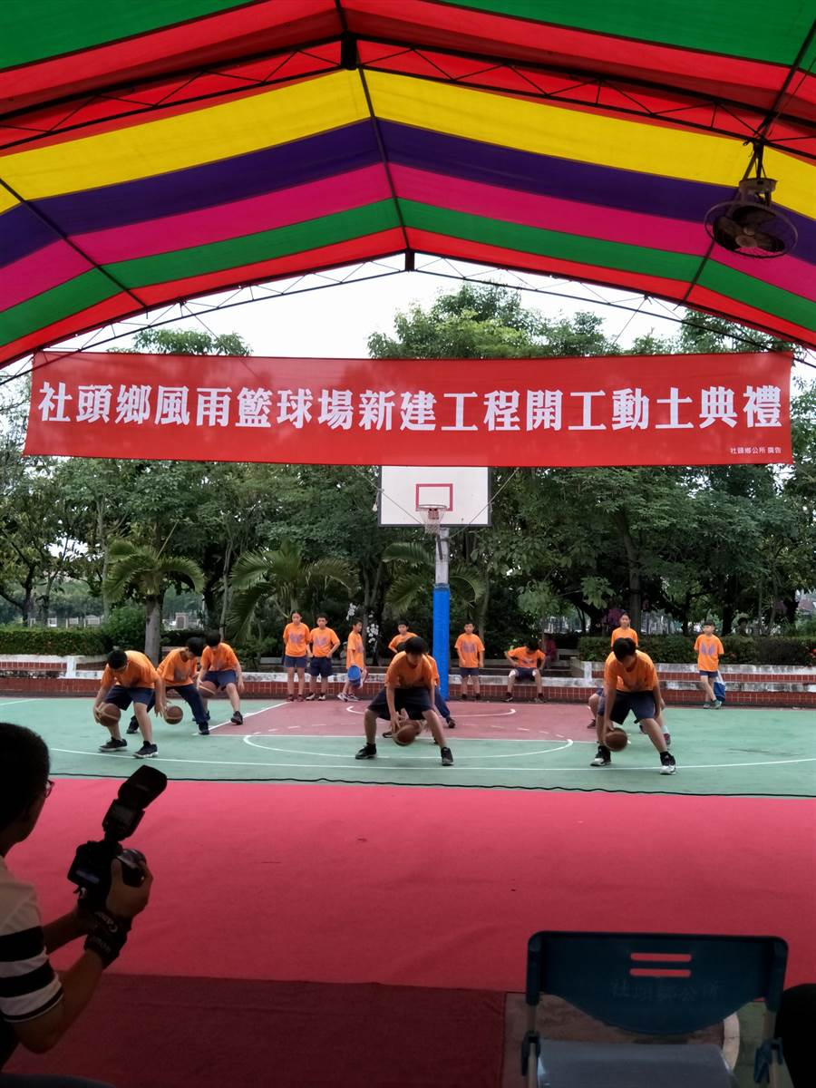 社頭國中學子表演籃球運球。(謝瓊雲攝)