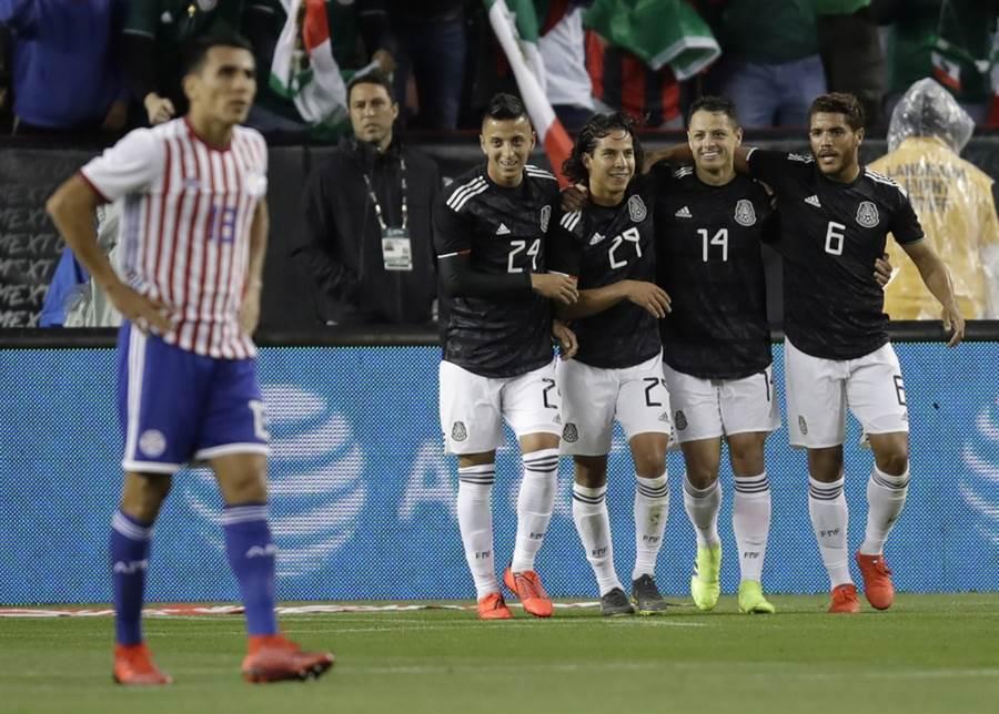 墨西哥球員在對戰巴拉圭的友誼賽慶祝進球。(美聯社資料照)