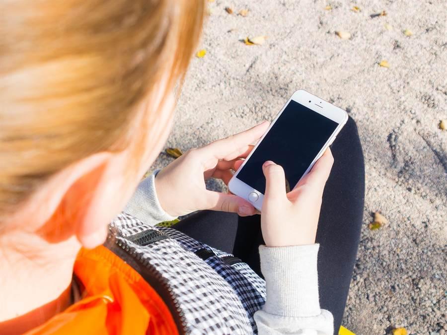 女偷看男友手機,驚見男友超貼心秘密。(圖/pixabay)
