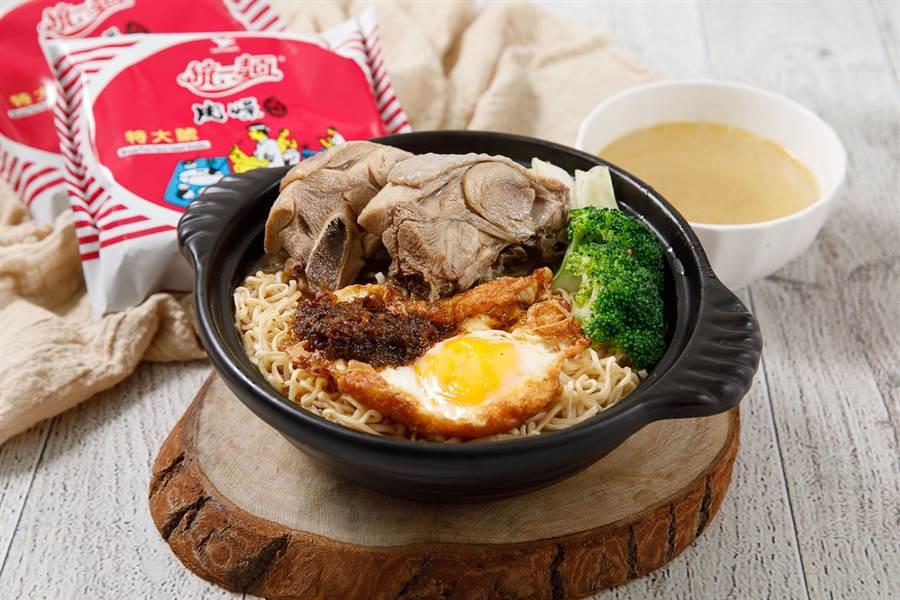逢甲夜市人氣美食「黃記麻油雞」與統一麵合作推出黃金麻油香雞肉燥麵。(馮惠宜翻攝)