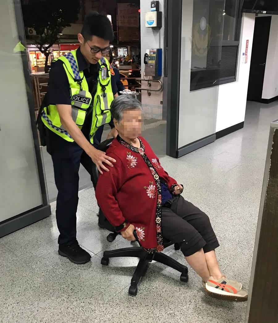 失智婦人迷路,由於行動不便,員警利用有滑輪的辦公椅,將她推上派出所內,讓老婦覺得很好玩,要再玩一次。(黃國峰翻攝)