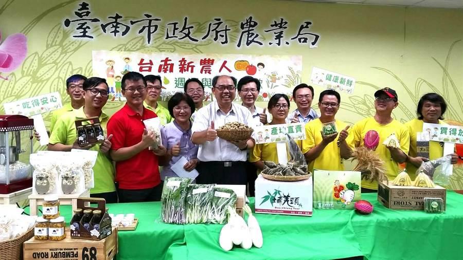 台南市農業局輔導新農人計畫邁入第8年,培育逾千位新農人,為了穩定農產銷售通路並提升知名度,與企業、團體合作,6月起每周都有新農市集,讓消費者與生產者面對面。(莊曜聰攝)