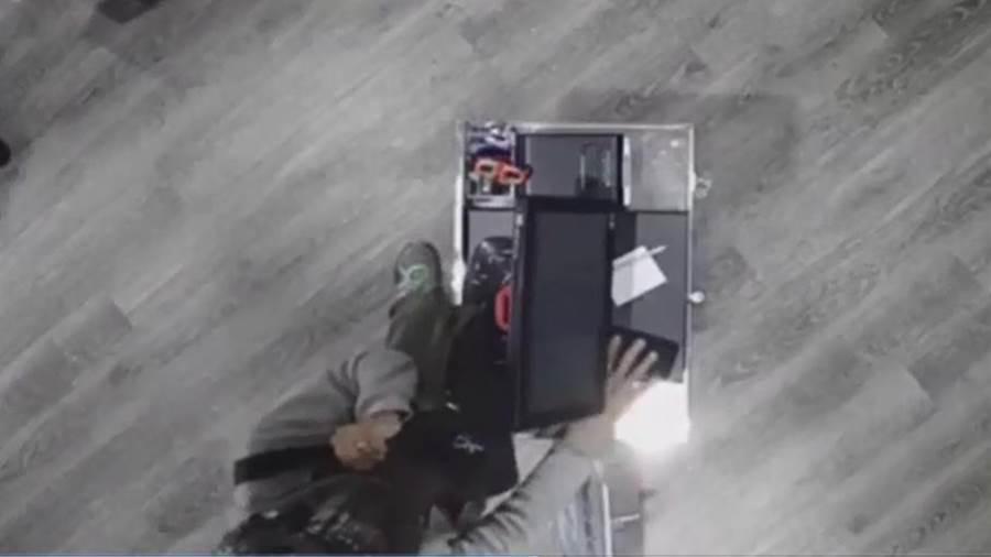 男子到飲料店趁顧客人多,偷走店員放置櫃檯的手機(陳淑芬翻攝)