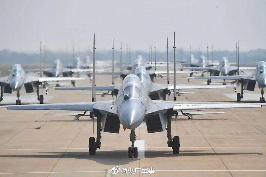 解放軍殲-16「大象漫步」的畫面。(微博@央廣軍事)
