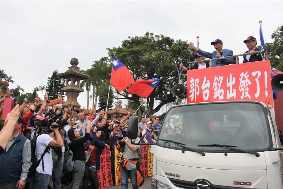 郭台銘(車上中)23日造訪新竹縣,首登「戰車」向民眾拜票,受到民眾熱烈歡迎。(莊旻靜攝)