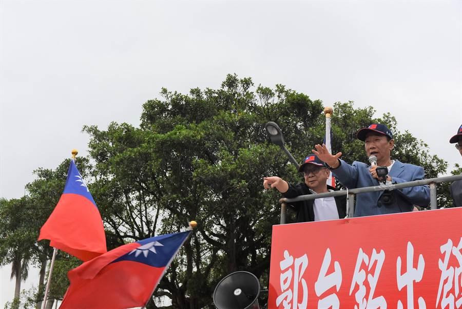 郭台銘(左二)23日造訪新竹縣,首登「戰車」向民眾拜票。(莊旻靜攝)