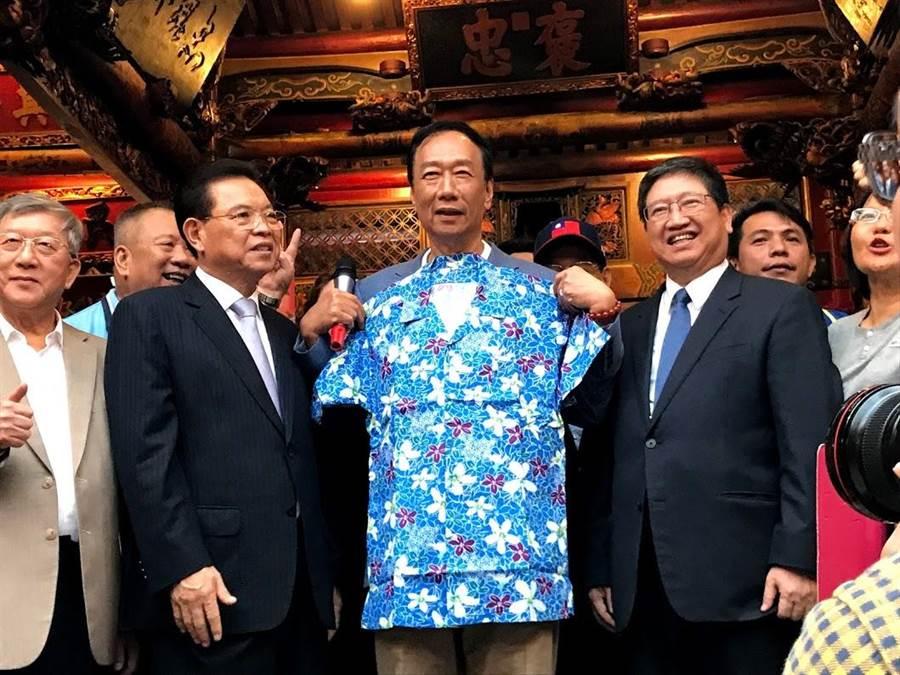 新竹縣長楊文科(右二)送給郭台銘(右三)一件客家花布衫,也稱他是藍營天王首位造訪新竹縣者。(莊旻靜攝)