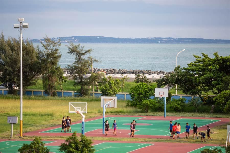 在天氣、空氣品質均佳的條件下,中芸國中可清楚遠眺對岸的小琉球。(袁庭堯攝)