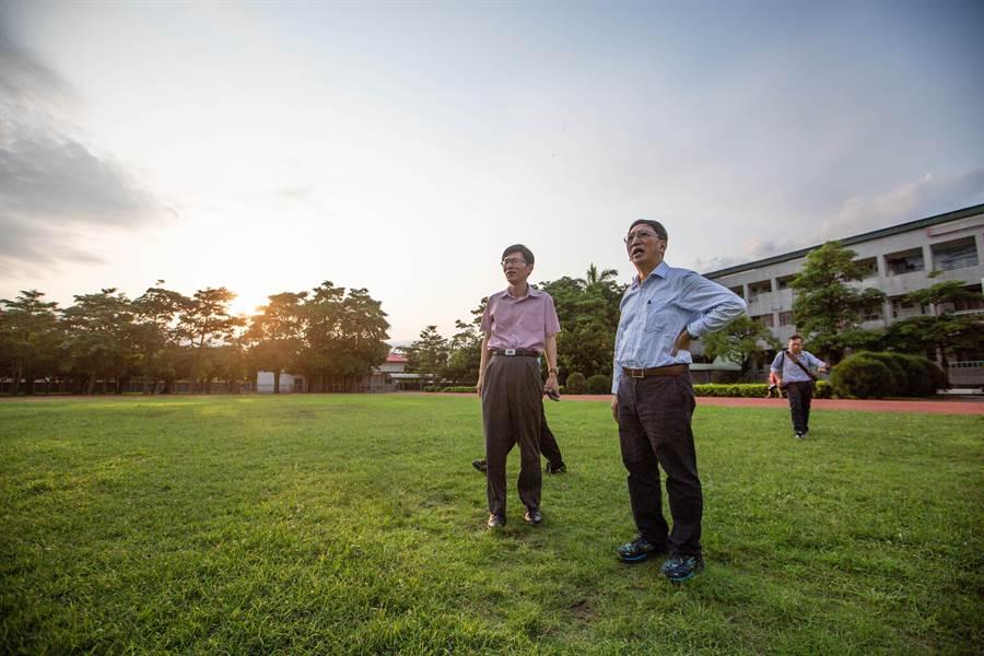 吳榕峯與校長王耀庭一同巡視校園硬體設施。(袁庭堯攝)