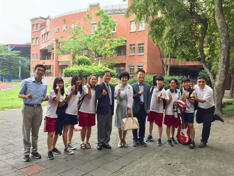 韓國吉原女子高校校長金鉦秀(左六)23日造訪新化高中,校長鄭曜忠(左五)與師生熱情接待。(劉秀芬翻攝)