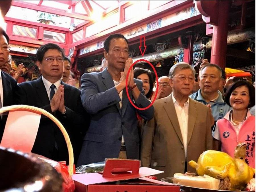 鴻海董事長郭台銘(左三)23日造訪義民廟,參拜義民爺。郭董右後方則是恬娃。(莊旻靜攝)