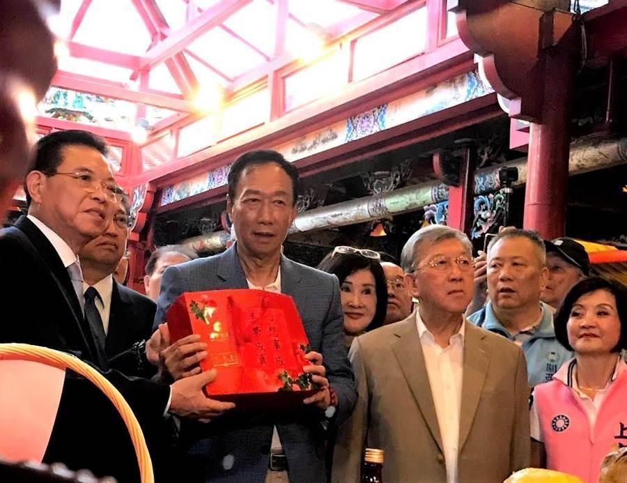 鴻海董事長郭台銘(左二)23日造訪義民廟,藝人恬娃(左三)如影隨形。(莊旻靜攝)