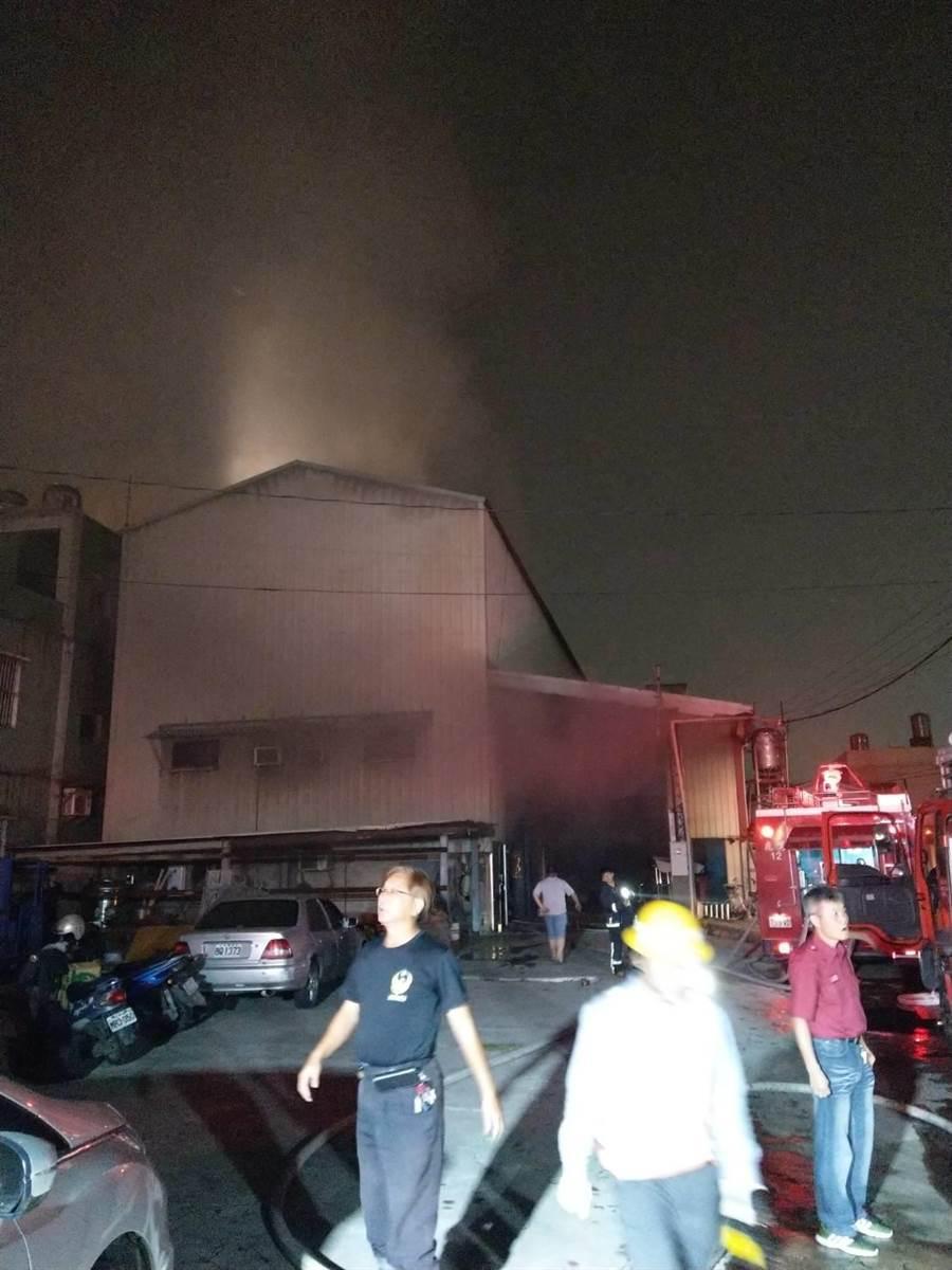 和美鎮雅安路水龍頭工廠23日晚上19時20分,發生火警,火焰如爆炸般衝天。(吳敏菁翻攝)