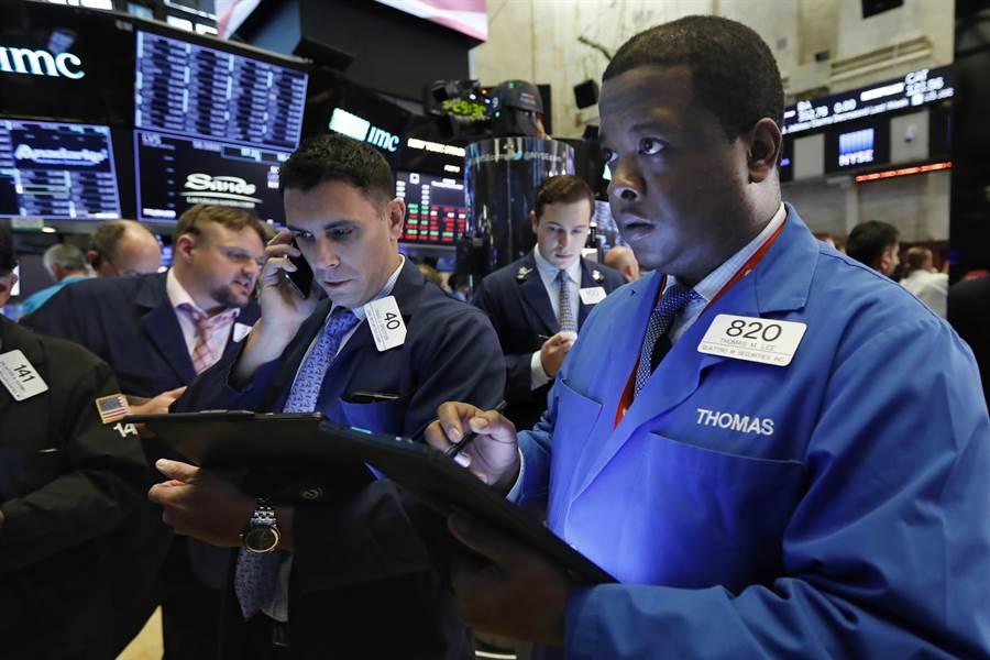 美中貿易戰升高,23日美股開盤跌逾400點,跌得交易員臉色鐵青。(圖/美聯社)