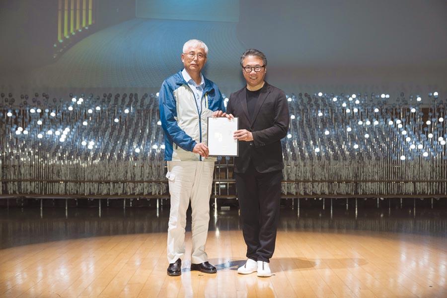 元誠捷豹車道門獲2019香港設計師協會環球設計獎銅獎,元誠董事長鍾茂淵(左)代表領獎。圖/業者提供