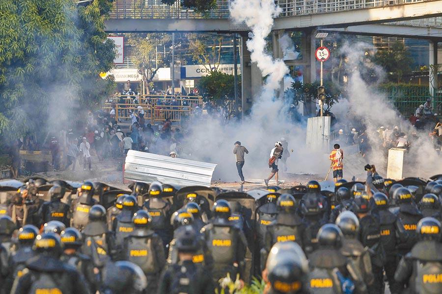 印尼選委會公布上月大選的計票結果後,引起部分民眾不服。大批民眾自21日晚間起上街示威,造成至少6死、200傷,22日示威更演變為排華抗議,有民眾邊攻擊警方邊高呼「趕走華人(中國人)!」社群媒體上還有謠言稱大陸派警員到印尼射殺抗議民眾。(美聯社)