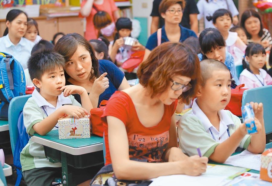 教育部預測123學年國小一年級生將減為16.3萬人。圖為家長陪同小一新生報到。  (本報資料照片)