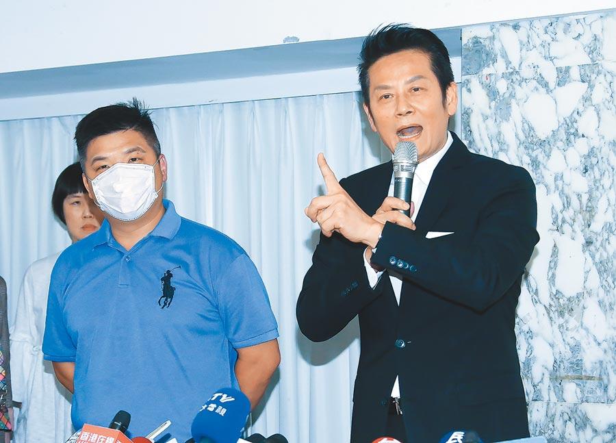徐乃麟(右)昨開記者會澄清,蔡男(左)突然出現踩場。(羅永銘攝)