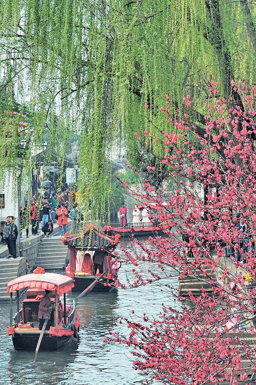 2019年3月30日,湖州市南潯鎮水鄉婚俗表演船隊行進在古河道上。 (新華社)
