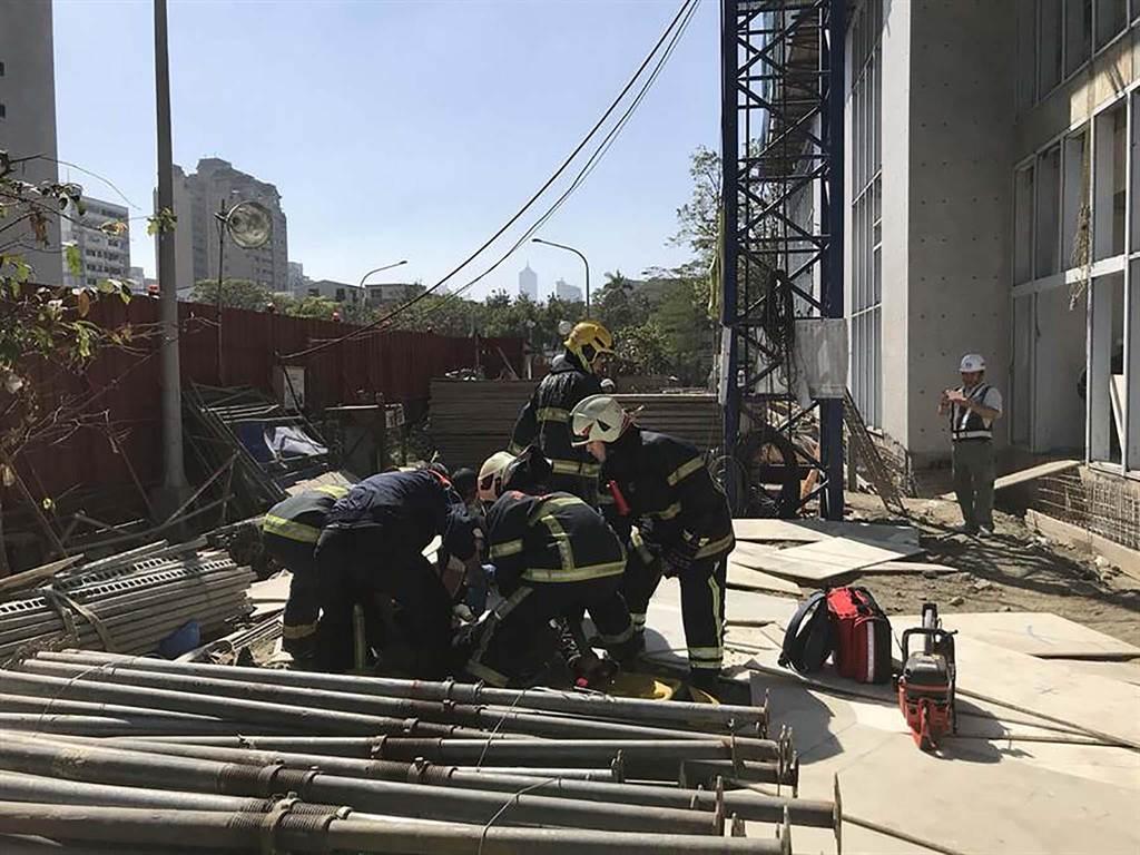 高市第1季工安意外釀12死,圖為今年2月長照中心工地意外奪走1命。(柯宗緯翻攝)