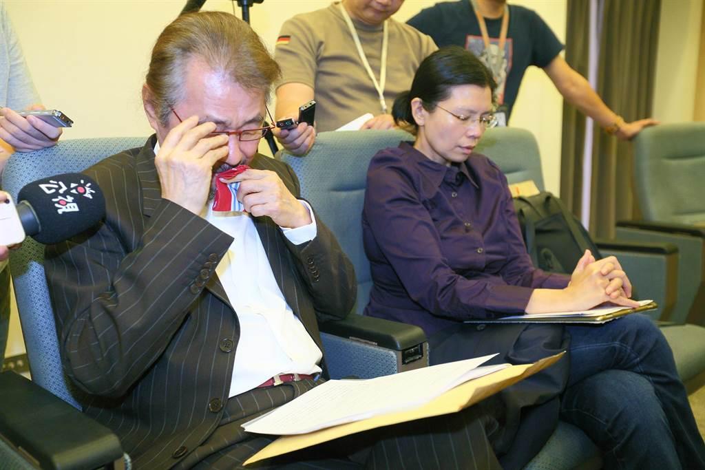 前民進黨主席施明德聽取泰源事件報告,憶當年數度哽咽。(張鎧乙攝)