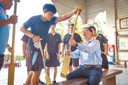 高市教育局長夜宿中芸 和學生練划槳
