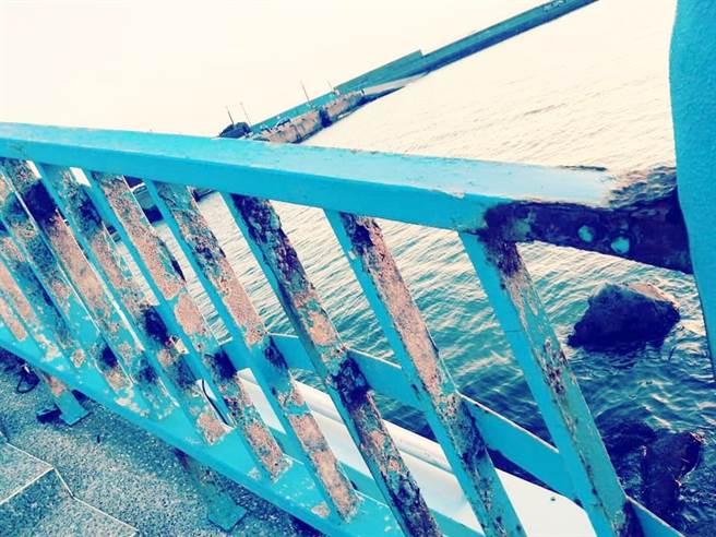 彩虹橋圍欄鏽蝕斑駁。(巫靜婷翻攝)