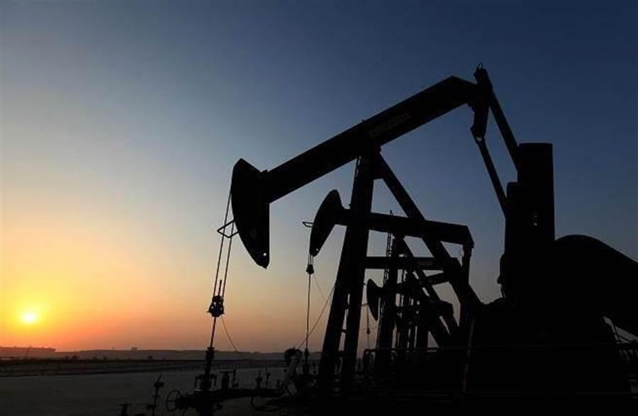 國際油價跌破60美元,創下2個月新低。(美聯社)