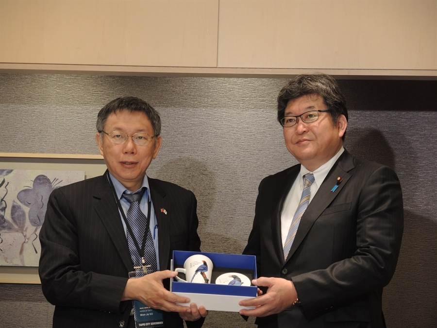 台北市長柯文哲訪日第二天一早,就與眾議員萩生田光一(右)展開早餐會。(張潼攝)
