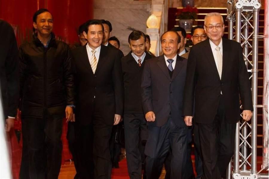 誰是開槍之人?相信韓國瑜心裡有數。圖為國民黨主席吳敦義(右)、前新北市長朱立倫(左起)、前總統馬英九、前立法院長王金平。(杜宜諳攝)
