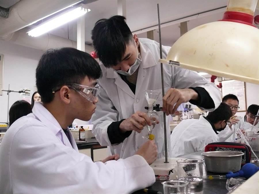 龍華科大化工科實驗課程,導入證照術科模擬試題,輔導五專生考取證照。(校方提供)