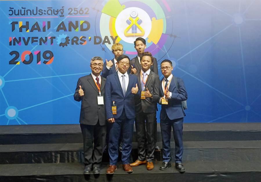 龍華科大五專生參加2019泰國國際發明展,展現扎實技術與創新研發實力。(校方提供)