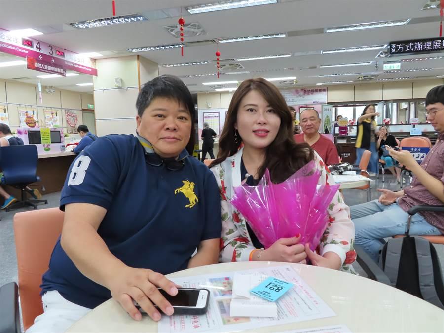 Eagle與Mei終於在24日完成結婚登記。(葉德正攝)