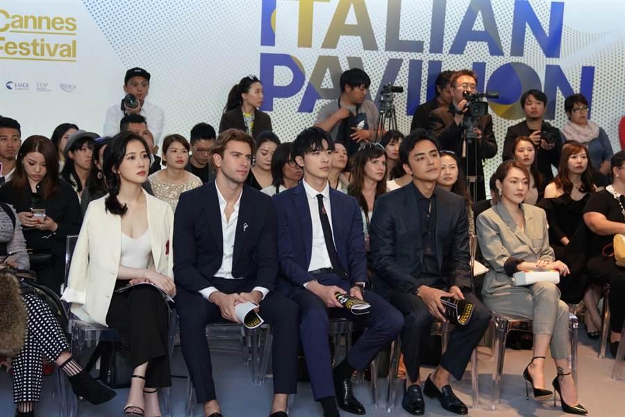 楊欣穎(左起)、馬賽羅歐根、徐開騁、明道及小S聆聽上半場論壇。(恆星影業提供)