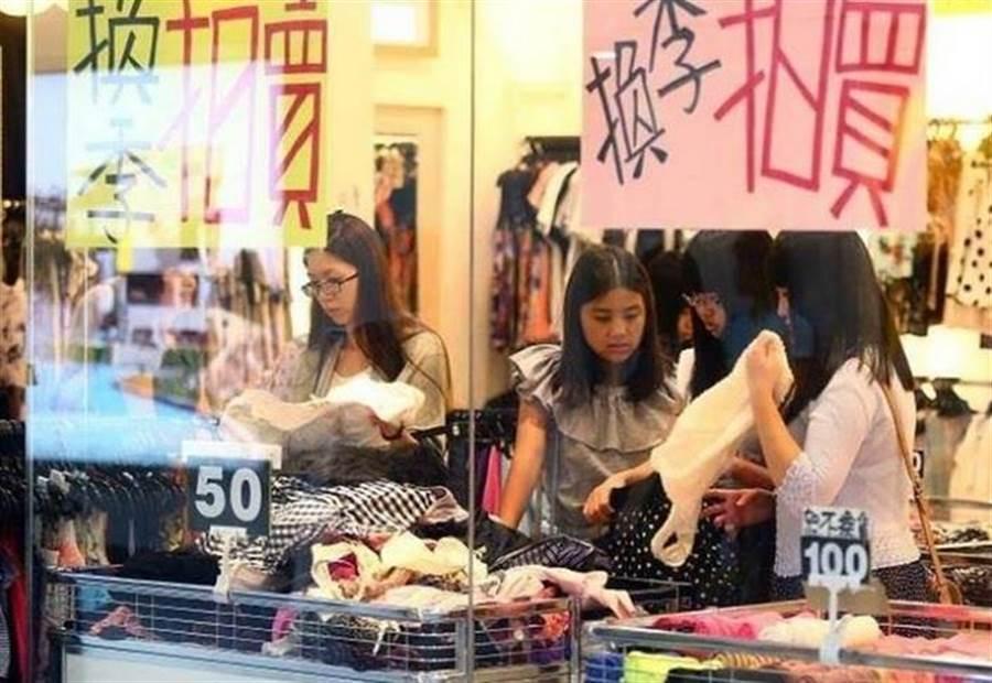 主計處將今年經濟成長由2.27%微幅調降至2.19%。圖為民眾上街購物的情形。(本報系資料照片)